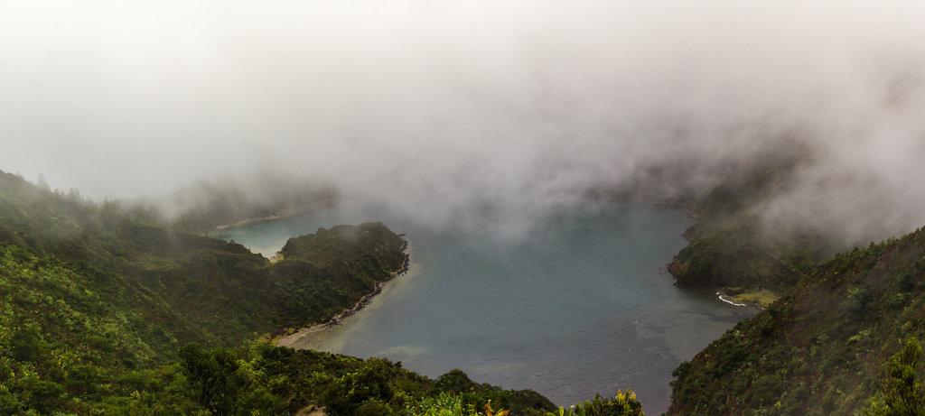 Lagoa do Fogo unter Wolken